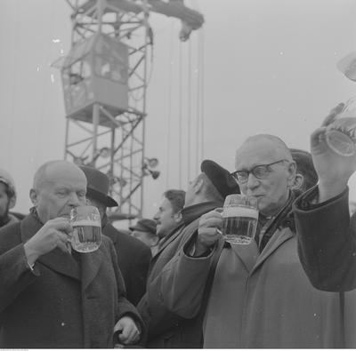 """16 lutego 1973 roku. Profesor Stanisław Lorentz (pierwszy z lewej) na wspólnym piwie dla wszystkich pracowników na placu odbudowy zamku z okazji wieszania """"wiechy"""" na zrekonstruowanej części gotyckiej. Z prawej autor projektu  rekonstrukcji zamku, prof. Jan Zachwatowicz"""
