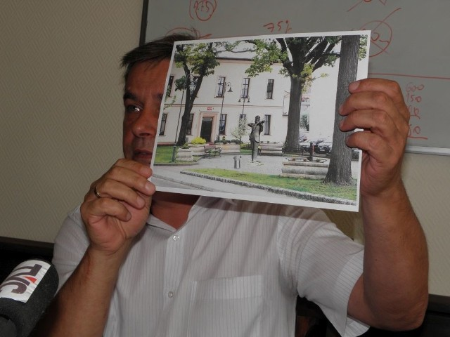Burmistrz Arseniusz Finster pokazuje wizualizację, jak ma wyglądać rzeźba przed Szkołą Muzyczną.