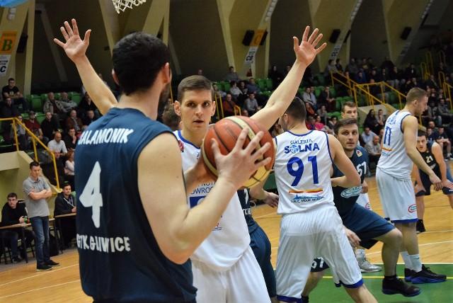 W I lidze koszykówki drużyna  KSK Noteć pokonała na własnym ekipę parkiecie GTK Gliwice 65:63.