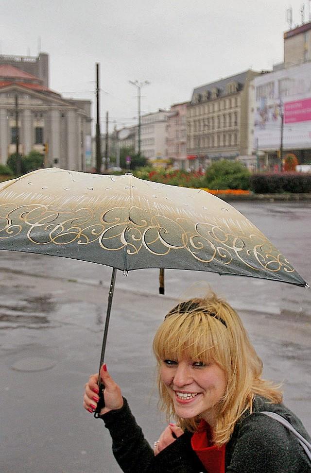 Bez parasola trudno w tym miesiącu wyjść na ulicę