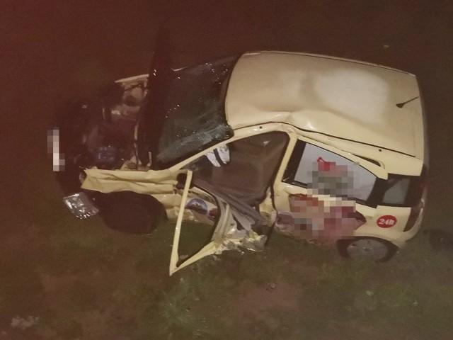 """Do wypadku doszło w piątek, 4 październik na, na skrzyżowaniu """"trasy śmierci"""" z drogami do Słonego i Wilkanowa. Do wypadku doszło przed godz. 20.00. Samochód ciężarowy uderzył w fiata. Kierujący fiatem wjechał prosto pod jadącą ciężarówkę nie zatrzymując się na znaku """"stop"""".  Siła uderzenia była tak duża, że fiat wypadł z drogi na pobocze. Na miejsce przyjechały zaalarmowane służby ratunkowe. Ranny kierowca fiata został przewieziony do szpitala. Na miejscu wypadku pracują policjanci z zielonogórskiej drogówki. Zablokowany jest jeden pas ruchu w kierunku ronda Piastów Śląskich. W miejscu wypadku policjanci wprowadzili ruch wahadłowy.Zobacz też wideo: W pustostanie znaleziono zwłoki noworodka. Policjanci dotarli do matki dziecka."""