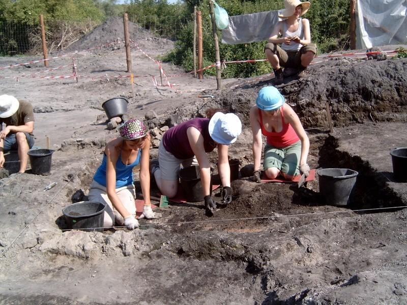 Na wykopaliskach pracują Lidia Miśta, Dagmara Lęcznar i...