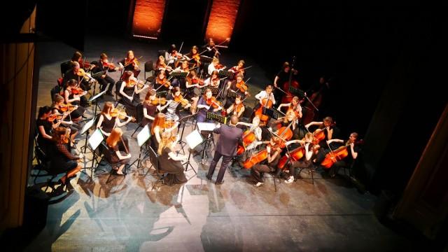 Czy batuta to instrument? Czy do muzyki orkiestrowej da się tańczyć? Dlaczego symfonia nie trwa tyle, co piosenka na YouTubie? Odpowiedzi na te pytania udzieli dzieciom niezawodna Orkiestra Antraktowa pod batutą Adama Domurata.
