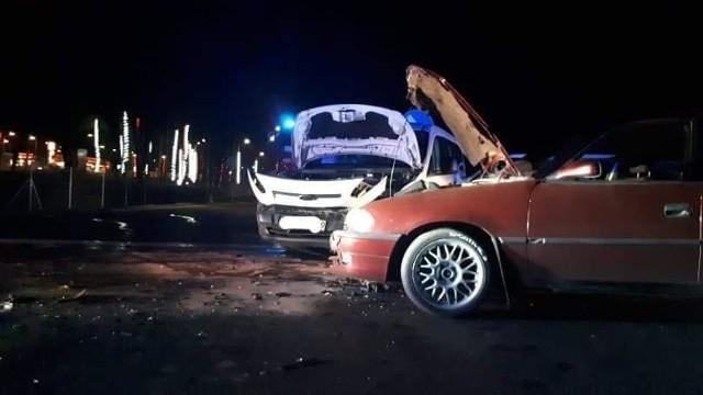 Do wypadku doszło w poniedziałek na A18 w okolicy Iłowej przy zjeździe na Wrocław. Droga była zablokowana a tir z paliwem chciał ominąć wypadek.  Przy zawracaniu uszkodził zbiornik z paliwem.Dwa samochody osobowe zderzyły się wczoraj wieczorem na drodze A18 w kierunku Wrocławia. Jedna osoba została poszkodowana i przewieziona do szpitala. Na czas trwania akcji droga była zablokowana. W tym czasie kierowca samochodu ciężarowego chcąc uniknąć czekania w korku, postanowił zawrócić na wysepce przy zjeździe w kierunku Żar. Niestety podczas wykonywania manewru uszkodził zbiornik paliwa, po czym spora część paliwa wypłynęła na drogę. Na miejscu jako pierwsi byli strażacy z OSP z Iłowej. Po usunięciu rozlanej ropy wprowadzono ruch wahadłowy. Zobacz wideo: Jak udzielać pierwszej pomocy ofiarom wypadków