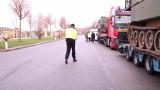 Niemiecka policja zatrzymała konwój przewożący amerykańskie czołgi z Polski. Były za ciężkie dla ciężarówek [FILM]