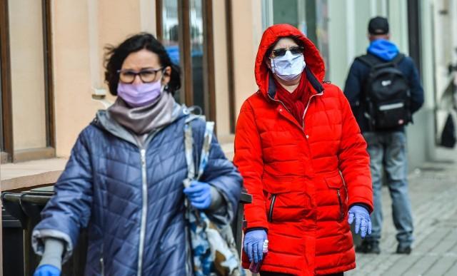 Od 16 kwietnia w całej Polsce obowiązkowe jest zakrywanie ust i nosa przy pomocy maseczek, szalików lub odzieży. Obowiązek zakrywania ust i nosa dotyczy przede wszystkim środków publicznego transportu zbiorowego i miejsc ogólnodostępnych, m.in. w sklepach czy na ulicy. Zobaczcie, jak bydgoszczanie zastosowali się do obowiązku noszenia maseczek w miejscach publicznych.