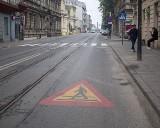 Przed pierwszym dzwonkiem sprawdzili oznakowanie w okolicach szkół. W kilku miejscach trzeba było odnowić pasy i znaki drogowe