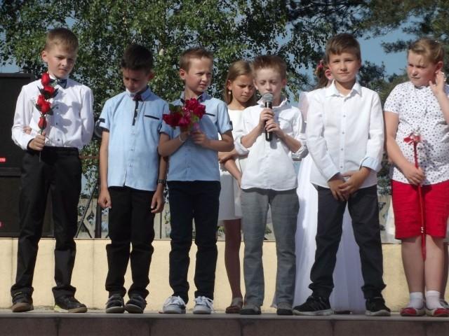 Uczniowie szkoły w Sokołowie Dolnym podczas festynu podziękowali rodzicom za trud wychowania i opiekę.