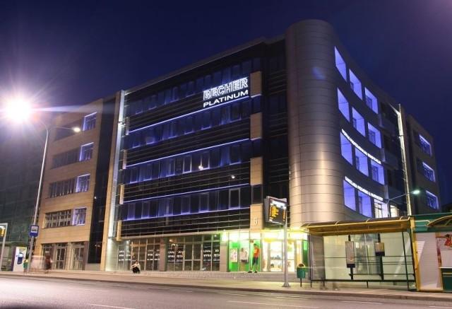 Podświetlony pięciokondygnacyjny Becher Platinum przy alei IX Wieków w Kielcach nocą wygląda równie dobrze, jak w dzień. Fot. Dawid Łukasik