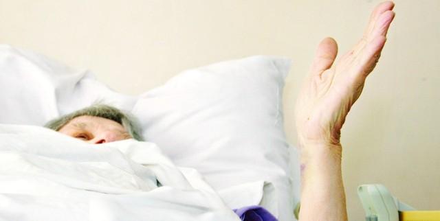 82-letnia emerytowana lekarka przeżyła wojnę i komunę. Omal nie zabiło jej spotkanie pijanym chuliganem.