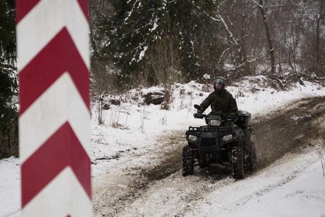 Turyści często świadomie łamią zakaz przekraczania zielonej, polsko-ukraińskiej granicy, aby zrobić sobie pamiątkowe zdjęcie.