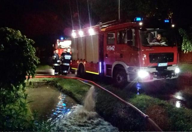 W Mochach strażacy wypompowywali wodę do późna w nocy