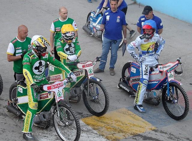 Rafał Okoniewski (MRGARDEN GKM, z prawej) i para Falubazu w grudziądzkim parkingu, tuż przed wyjazdem na tor