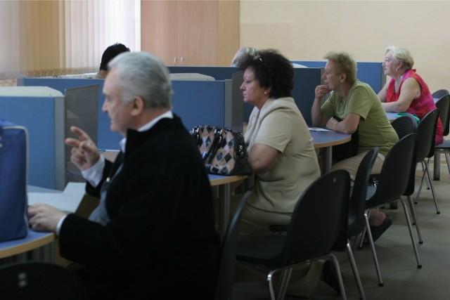 Osiągnięcie odpowiedniego wieku (60 lat dla kobiet i 65 lat dla mężczyzn) uprawnia w Polsce do przejścia na emeryturę. Uprawnia, ale nie zobowiązuje. Decyzję, czy z prawa skorzystać, czy nie, podejmujemy sami, biorąc pod uwagę wiele okoliczności – od stanu zdrowia po sytuację rodzinną. Jedną z najważniejszych przesłanek jest prognozowana wysokość świadczenia, jakie otrzymamy. Skąd wziąć taką informację? WIĘCEJ NA KOLEJNYCH STRONACH>>>
