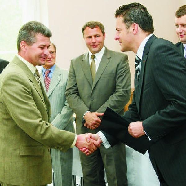 Wśród przyjaznych przedsiębiorcom znalazła się skarbówka w Brodnicy. Na zdjęciu: jej naczelnik Marek Kryś (po lewej) odbiera wyróżnienie od Krzysztofa Mateli, wiceprezesa BCC