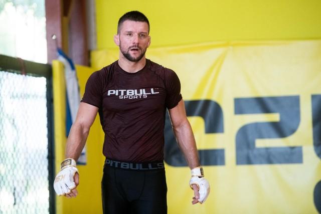 W Poznaniu Mateusz Gamrot trenuje obecnie pod okiem trenera Piotra Sawińskiego w Czerwonym Smoku, znanym klubie sportów walki