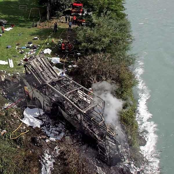 Polski pojazd runął w 50-metrową przepaść, w dolinę rzeki. Po upadku  spłonął. Wiele ofiar zostało porwanych przez rwący nurt rzeki Romanche.