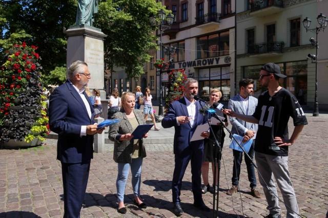 Tomasz Krzysztyniak i politycy KO podczas poniedziałkowej konferencji prasowej