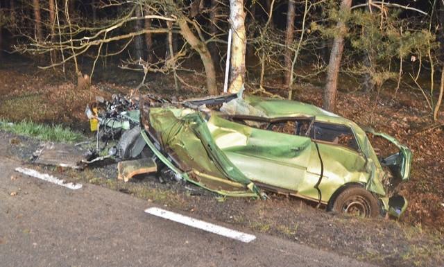 Do tragicznego wypadku doszło we wtorek, 18 kwietnia, w nocy koło Nowogrodu Bobrzańskiego. Audi A3 wypadło z drogi i uderzyło w drzewo. Zginęły dwie osoby, trzy ranne trafiły do szpitala w Zielonej Górze.