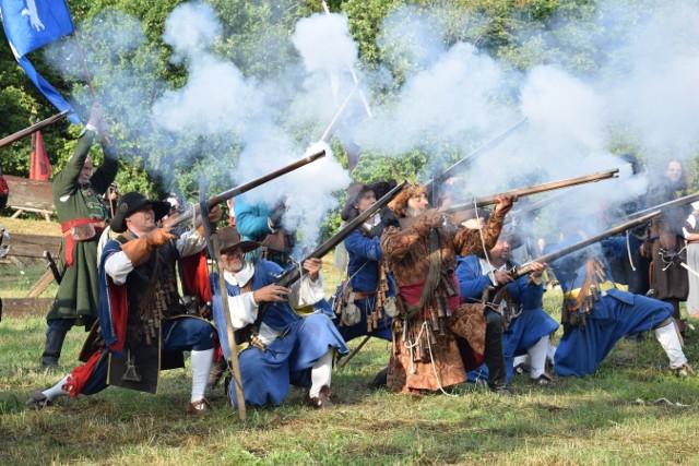 Rudno.  Obrona Tenczyna, średniowiecznego zamku w Rudnie - to rekonstrukcja bitwy z 1655 roku. W sierpniu odbyły się walki przypominające czasy Potopu Szwedzkiego. Polscy rycerze obrończy Tenczyna przekonywali, że tej twierdzy nie można zdobyć. A jednak jak co roku ulegli, bo Szwedzi po podpisaniu porozumień, wymordowali wszystkich obrońców. W widowisku udział udział brało 31 grup rekonstrukcyjnych z: Polski, Węgier, Niemiec, Białorusi, Czech i Słowacji.