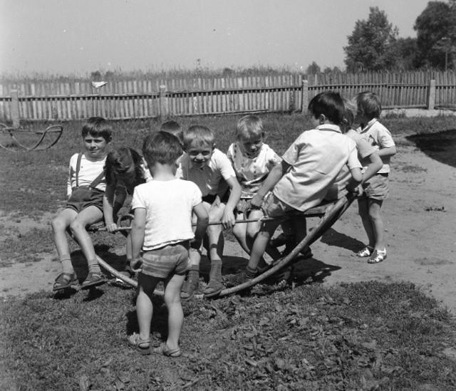 Coraz mniej dzieci wie, do czego służy hula hop, albo skakanka. Czy ktoś jeszcze pamięta, jak się gra w klasy? Dzieci coraz częściej zamiast zabaw na świeżym powietrzu wybierają konsolę lub tablet. A szkoda! Przypominamy świetne zabawy, które niestety odeszły już w zapomnienie. Zobaczcie na kolejnych zdjęciach, w co kiedyś bawiły się dzieci. Wystarczy przesunąć zdjęcie gestem lub nacisnąć strzałkę w prawo.