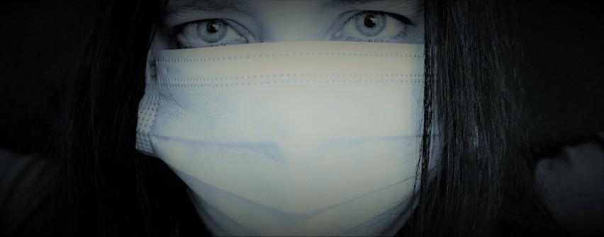 Koronawirus. Używane maseczki nie chronią przed koronawirusem, a mogą być bardziej niebezpieczne niż ich brak? Tak twierdzą naukowcy