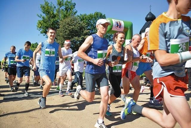 Około 60 osób przebiegło w sobotę dla hospicjum nieco ponad 21 km. - Trasa jest piękna, choć trochę ciężka, ale przede wszystkim ważny jest cel - powiedziała Dorota Bartoszewicz (na zdjęciu z nr 11). Dla mniej zaawansowanych zawodników był 2-km bieg rodzinny. W nim wystartowało około 30 osób.