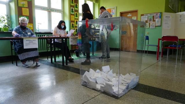 66,62 procent głosów dla Rafała Trzaskowskiego i 33,38 procent dla Andrzeja Dudy. To pełne wyniki wyborów we Wrocławiu. W rekordowych miejscach - przy Skarbowców, Wojszyckiej, Blacharskiej, Wietrznej, Jagodzińskiej, Gałczyńskiego czy Przystankowej Rafał Trzaskowski zdobył ponad 80 procent głosów. Publikujemy oficjalne wyniki ze wszystkich obwodowych komisji we Wrocławiu - zobacz na kolejnych slajdach, posługując się klawiszami strzałek, myszką lub gestami.