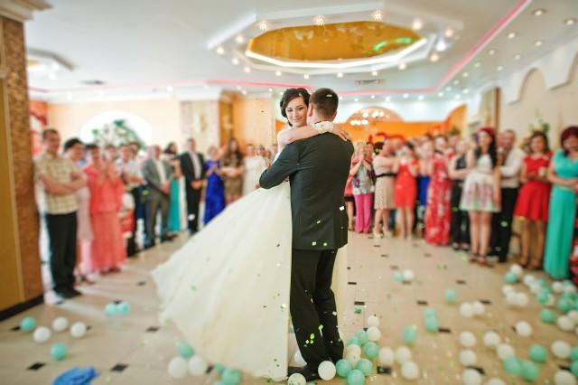 Istnieją pewne piosenki, które wręcz utożsamiamy z pierwszym tańcem. Jednak wybór tej odpowiedniej zależy od gustów muzycznych i wspomnień młodej pary.
