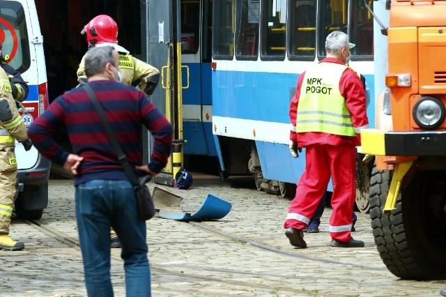 Na razie nie ustalono dlaczego pracownik zajezdni znalazł się pod tramwajem, który ciągnął go przez około 15 metrów zanim się zatrzymał.