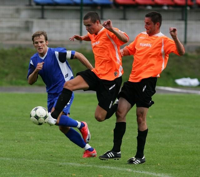 Fragment meczu piłkarzy Piasta Choszczno (z prawej) w Trzebiatowie z Regą.