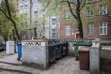 Interwencja mieszkańców Głównego Miasta w Gdańsku. Czekają na ogrodzenie terenu, wcześniej ukarano ich za niesegregowanie śmieci
