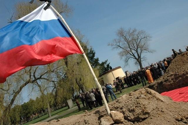 88 trumien ze szczątkami radzieckich żołnierzy pochowano na wojennym cmentarzu w Cybince.