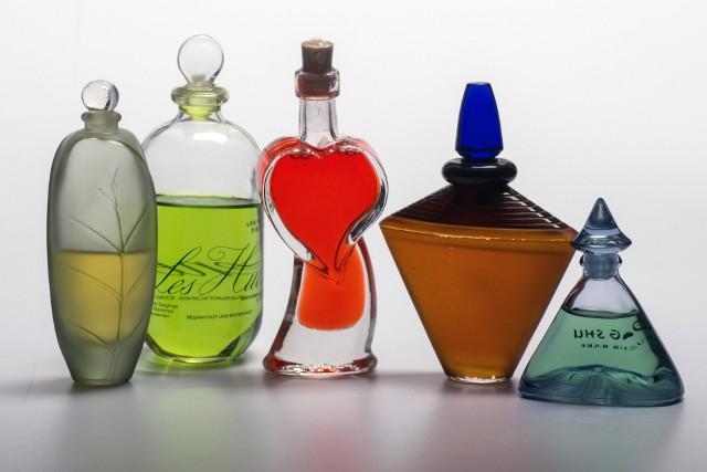 Perfumy zapakowane czy otwarte można przynieść do budynku Uniwersytetu Ekonomicznego przy Al. Niepodległości 10.  W godz. od 7.30 do 19 można pozostawić pachnidła w specjalnym kartonie przy szatni w gmachu głównym.