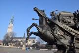 Pomnik Jana III Sobieskiego stanął pod Jasną Górą [ZDJĘCIA] Zostanie w Częstochowie do początku przyszłego roku