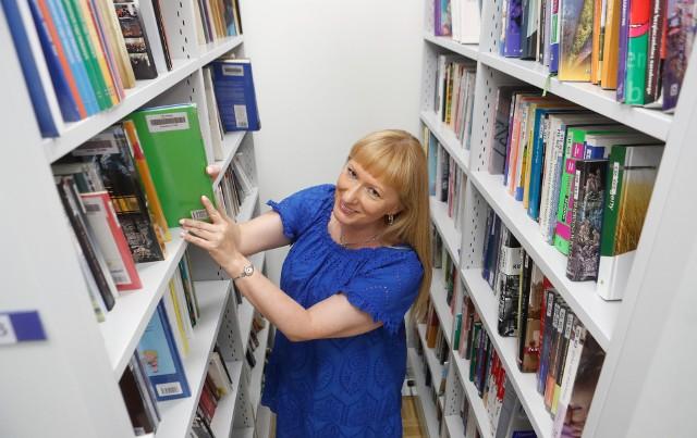 Podkarpackie biblioteki pedagogiczne jako pierwsze w kraju umożliwiają wypożyczanie książek i filmów bez konieczności pojawienia się w bibliotece. Na zdjęciu: dyr PBW w Rzeszowie Beata Michałuszko.