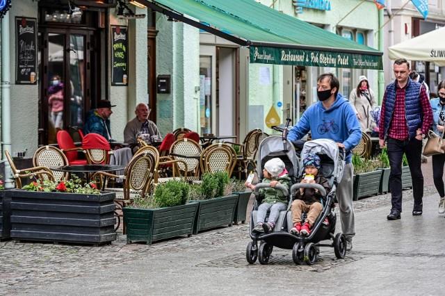 Tak w weekend 23-24.05.2020 r. wyglądały restauracje, kawiarnie, puby i ogródki gastronomiczne w Sopocie. Tłumów raczej nie było, choć spacerujących po molu i Monciaku było znacznie więcej niż tydzień wcześniej