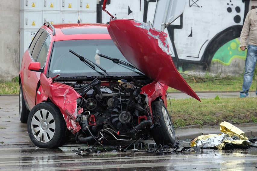 Do groźnie wyglądającego wypadku doszło około godziny 7.20 na ulicy Sławińskiego w Białymstoku. Ze wstępnych informacji wynika, że zderzyły się tam trzy samochody osobowe. Dwie osoby są poszkodowane. Prawdopodobnie jedna osoba wypadła z auta. Jedna z pasażerek może mieć złamaną rękę.W tym miejscu dochodziło już do groźnych wypadków, nawet śmiertelnych.