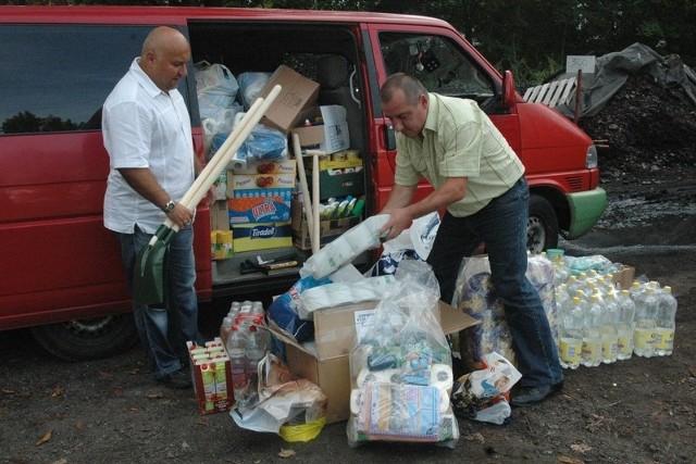 - Przygotowaliśmy dwa busy pełne darów zebranych dla powodzian z Bogatyni - mówią działacze PO Arkadiusz Juras i Jarosław Dudkowiak