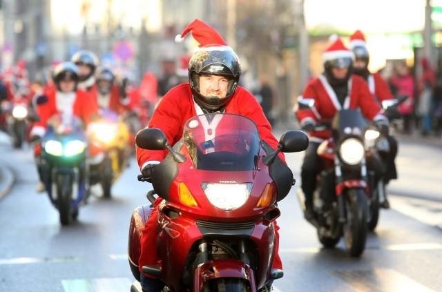 """Tak było rok temu, podczas XII edycji akcji """"Mikołaje na motocyklach"""", wydarzenia, dzięki któremu szeroko uśmiechają się i dzieci, i dorośli"""