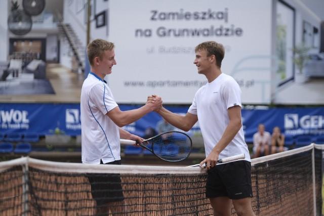 Borys Zgoła (z prawej) przyjmuje gratulacje od Patryka Stokowskiego po zwycięskim, trzysetowym boju w finale Grand Prix Wojciecha Fibaka
