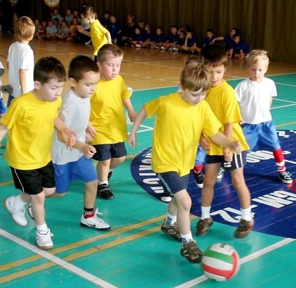 Młodzi piłkarze mieli dużą frajdę.
