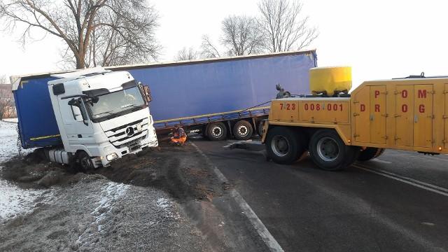 Do zdarzenia doszło w poniedziałek po godz. 5.00. Na DK 19 przed Zwierkami, ciężarówka wjechała do rowu, naczepa stanęła w poprzek drogi, całkowicie blokując ruch.