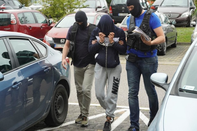 Prowadzony w środę do gmachu prokuratury 20-letni Radosław C. szczelnie zasłaniał twarz kapturem