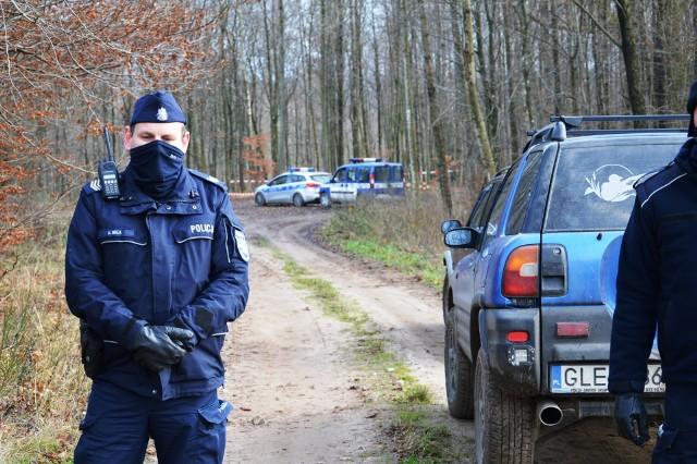 W lesie koło Mikorowa w gminie Czarna Dąbrówka znaleziono spalone auto a w nim zwłoki człowieka. Do tragedii doszło w grudniu ubiegłego roku.