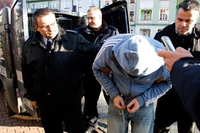 25 lat więzienia - taki wyrok usłyszał Tomasz P. z Legnicy, który siekierą usiłował zabić swoją byłą partnerkę