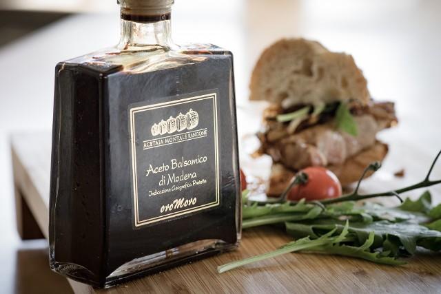 """Ocet balsamiczny nazywany jest """"czarnym złotem"""". Oryginalny produkt to prawie czarna ciecz o gęstej konsystencji i słodko-kwaśnym smaku. Nazwa """"Tradycyjny Ocet Balsamiczny"""" jest zastrzeżona wyłącznie dla wyrobów wytwarzanych w oparciu o oryginalne receptury i metody."""