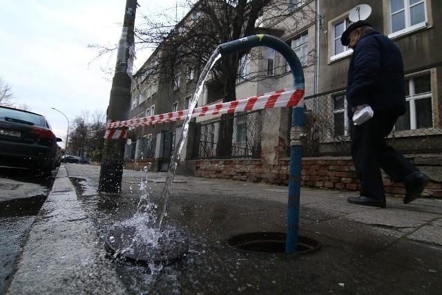 W piątek rano przyjechała ekipa techniczna i zamiast zakręcić wodę... założyli rurę do studzienki w chodniku tak, aby woda leciała na jezdnię i nie zalewała chodnika