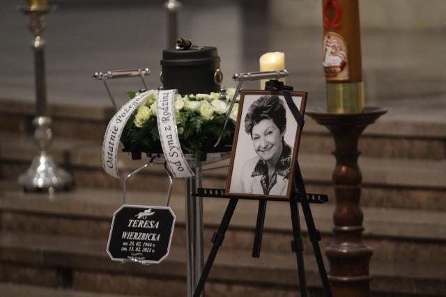 Msza żałobna odbyła się w katedrze Chrystusa Króla. Teresę Wierzbicką pochowano na cmentarzu przy ul. H. SienkiewiczaZobacz kolejne zdjęcia. Przesuwaj zdjęcia w prawo - naciśnij strzałkę lub przycisk NASTĘPNE >>>