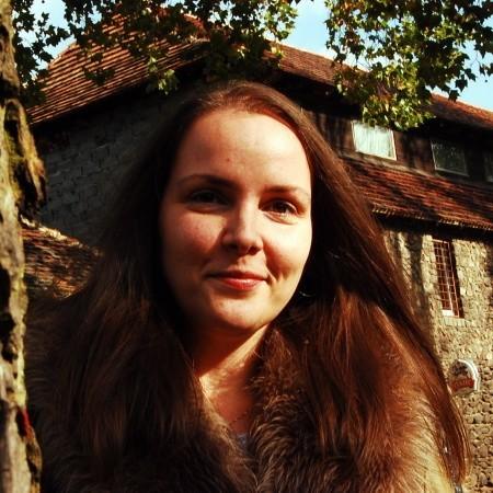 """Marta Sienkiewicz, ma 35 lat. Z mężem Adamem Dariuszem, którego nazywa swoim Połówkiem, mieszka w Trzebielu. Pierwsza jej książka zatytułowana """"Dom przy ulicy Zwyczajnej"""" została wydana w 2006 roku, """"W cieniu motyla"""" ukazała się w 2008. Jej pasją jest rysunek, grafika, zachwyca się pracami Zdzisława Beksińskiego. Ponadto zbiera monety, kocha książki, lubi też sobie postrzelać. Interesuje się tez kryminologią, historią, filmem zwłaszcza twórczością Pedro Almodovara."""